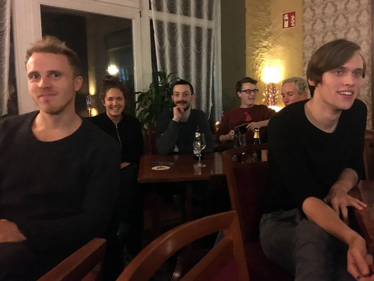Im Vordergrund: mutige Erstbesucher Daniel, Caspar (und das zum Quiz!), im Hintergrund: Paul Troppmeier zwischen Holly Brunn und vielleicht weiteren Österreichern, wir wissen es nicht.